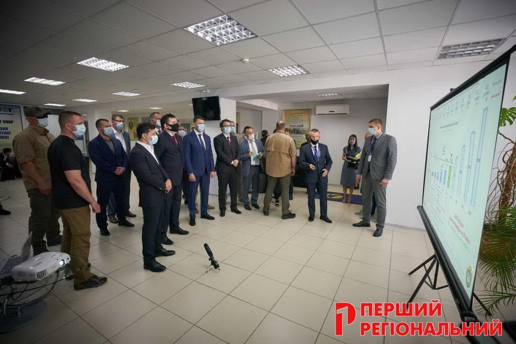 Директор аеропорту Херсон Віталій Кучерук доповідає Президенту Зеленському