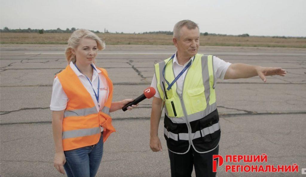 Журналіська Елеонора Гуськова бере інтерв'ю у Віталія Кучерука на злітно-посадковій змузі