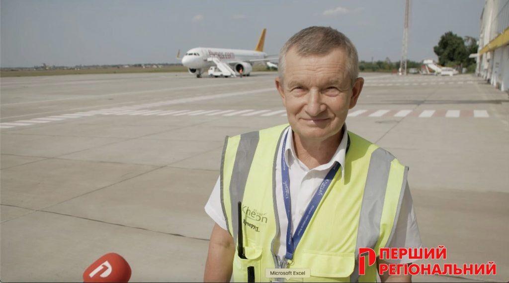Директор аеропорту разом з журналістами оглядає ЗПС та перон