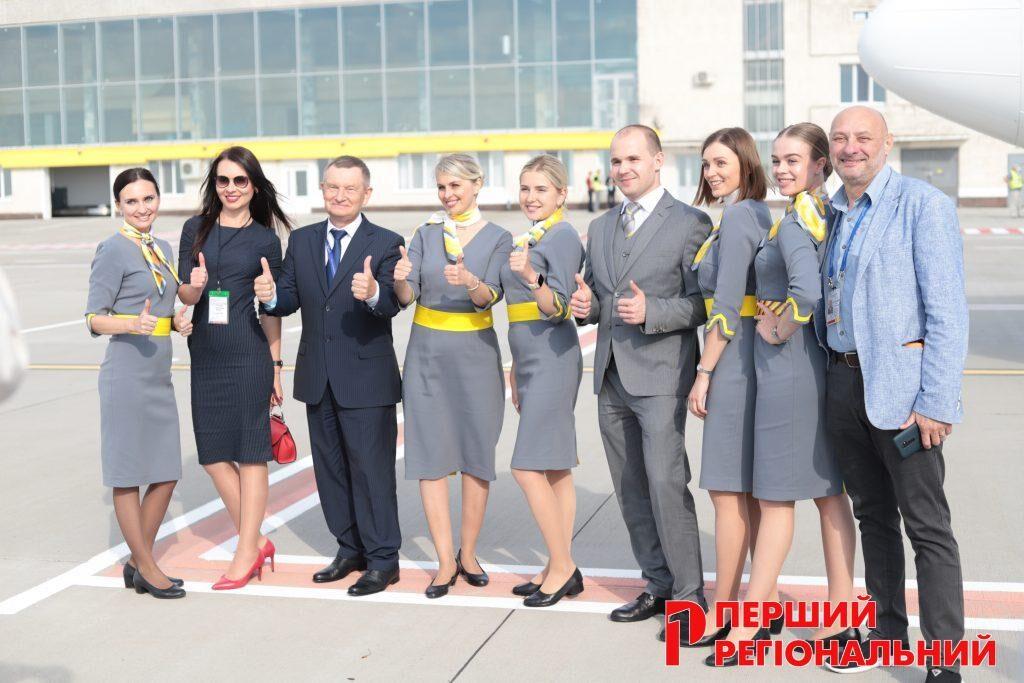 Екіпаж авіакомпанії BeesAir з співробітниками аеропорту