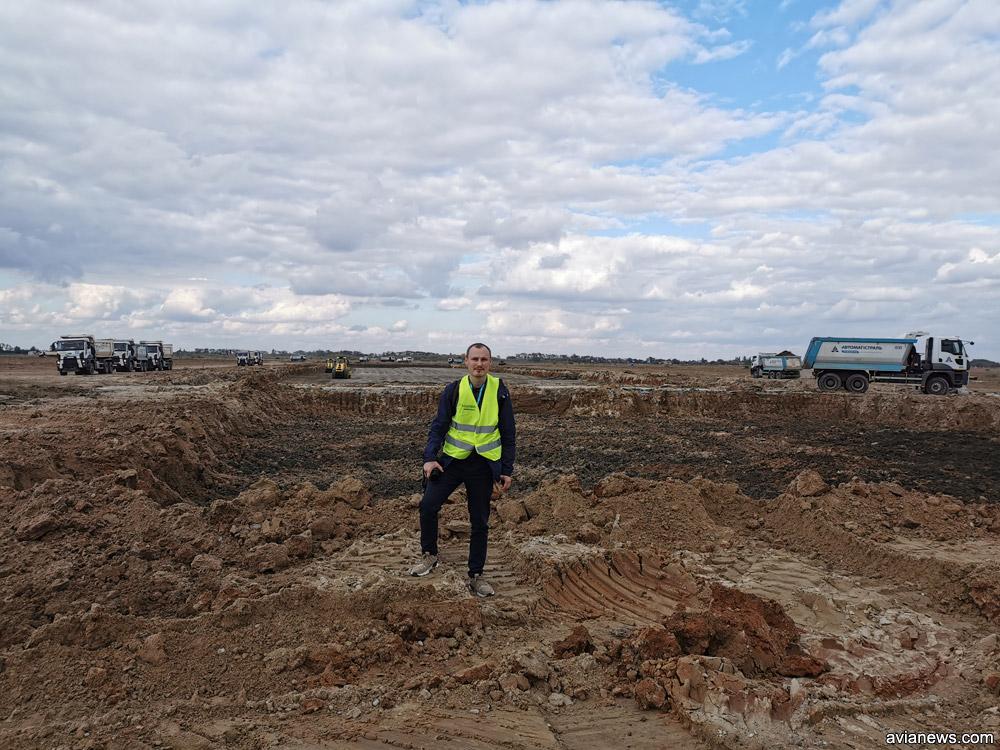 Глибокий котлован на місці, де раніше лежали бетонні плити злітно-посадкової смуги аеропорту Херсон.