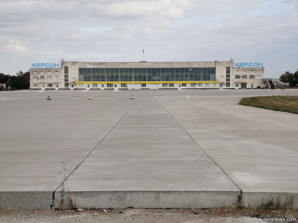 Нова смуга стикуються з новим пероном аеропорту Херсон. Його вже побудували з бетону.