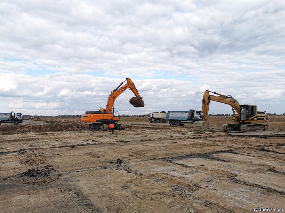 Пісок на місці, де були демонтовані аеродромні плити.