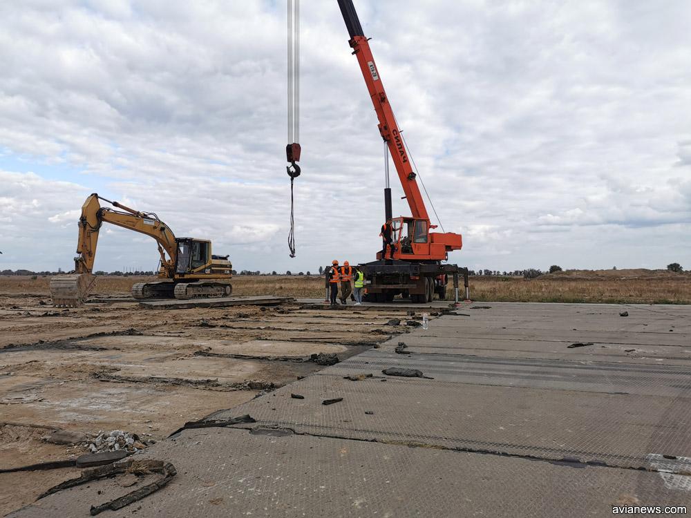 Демонтаж останніх бетонних плит зі смуги в аеропорту Херсон.