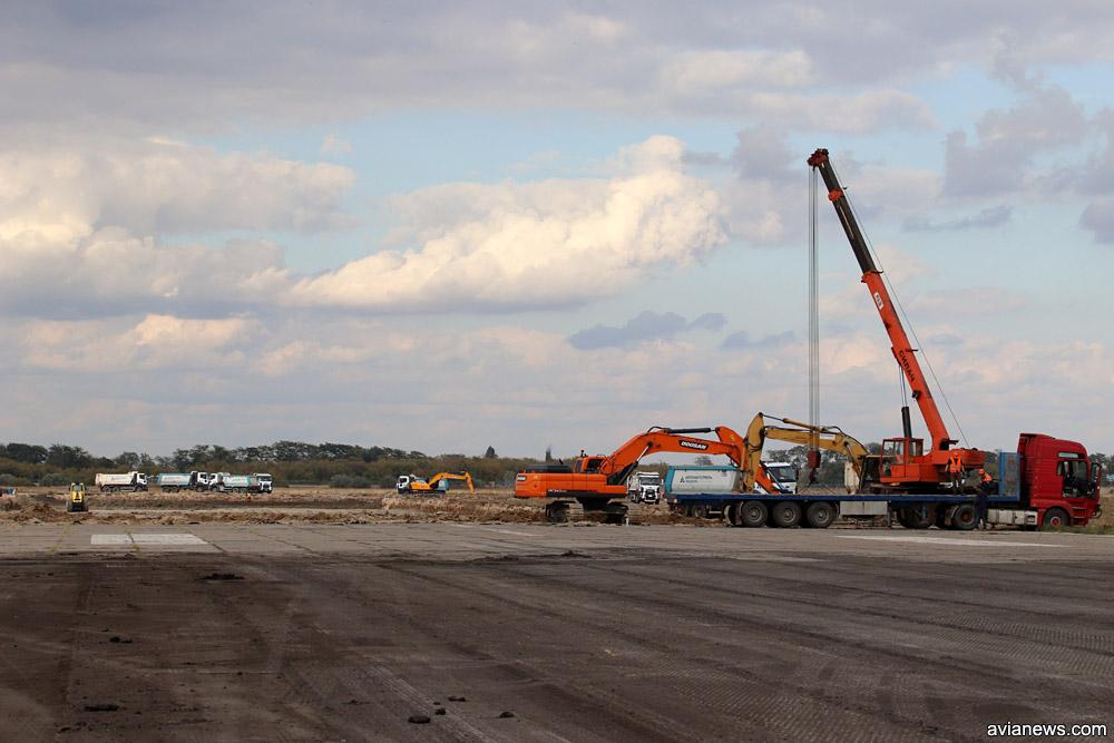 Місце на смузі, аеропорту Херсон, де бетонні плити переходять в асфальт.